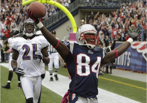 Deion Branch (#84) festeggia il touchdown della vittoria per New England (AP Photo/Stephan Savoia)