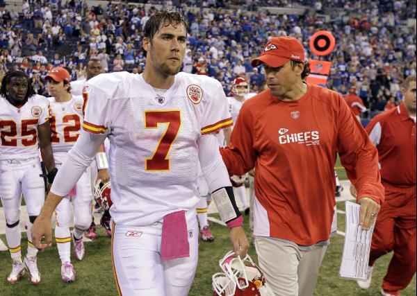 Matt Cassel (#7), quarterback dei Kansas City Chiefs esce sconsolato dal campo dopo la sconfitta contro Indianapolis (Foto credit: AP Photo/Michael Conroy)