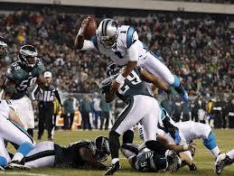Cam Newton mentre segna il TD del 21-15 nella vittoria dei Panthers sugli Eagles