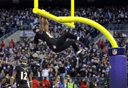 Torrey Smith celebra il suo touchdown lanciando da Joe Flacco.