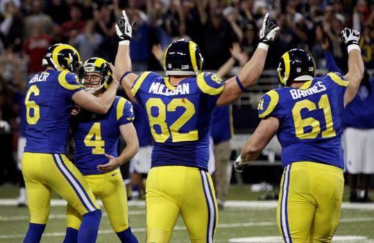 I Rams festeggiano Greg Zuerlein (#4) per il FG vincente all'overtime