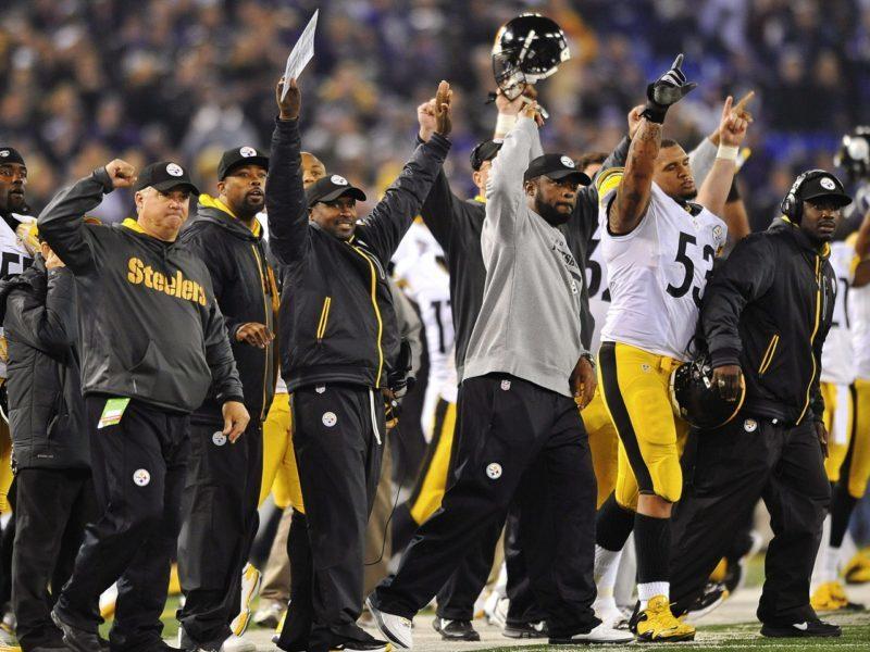 La sideline degli Steelers esulta dopo il field goal della vittoria