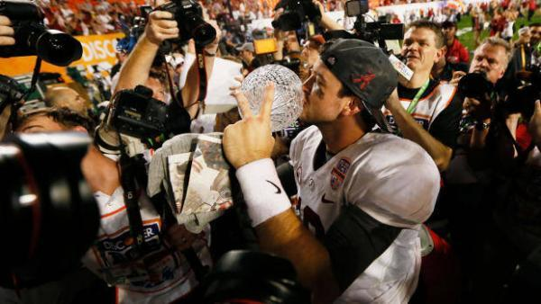 Alabama quarterback AJ McCarron celebra la vittoria del titolo NCAA