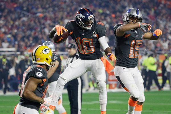 Emmanuel Sanders (10) festeggia il touchdown