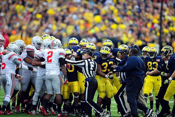 Michigan Wolverines vs Ohio State Buckeyes rissa in campo