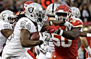 Marshawn Lynch contrastato da Justin Houston (#50) in Raiders vs Chiefs, NFL 2017