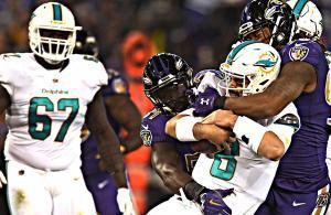 Matt Moore placcato dai difensori dei Ravens