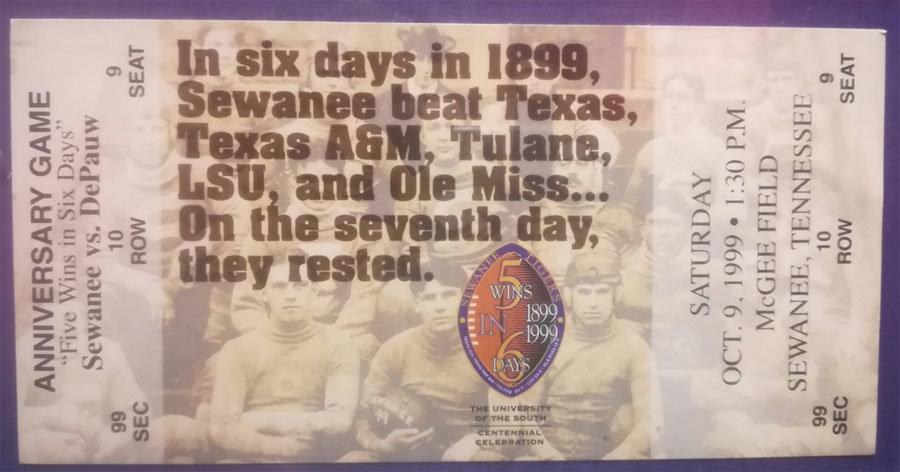 """""""In sei giorni, nel 1899, Sewanee sconfisse Texas, TAMU, Tulane, LSU e Ole Miss... il settimo giorni, si riposarono"""". È quello che dice il biglietto celebrativo del centenario dell'impresa di questo piccolo college. Credito: Sergio Scoppetta"""
